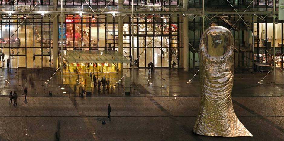 Le Pouce de César trône devant le Centre Pompidou Image via LaLibre.be