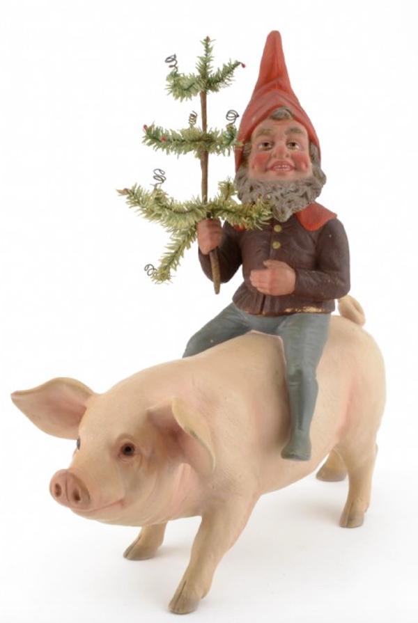 Den sällsynt charmiga tomten ridande på en gris i terrakotta med polykrom bemålning med julgran av metalltrådsarbete och papper ät tillverkad omkring 1900. Ropas ut för 5 000 kronor