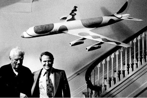 Alexander Calder et le directeur de la publicité George Stanley Gordon avec le modèle de l'avion de Calder Image: Collection Braniff Flying Colours