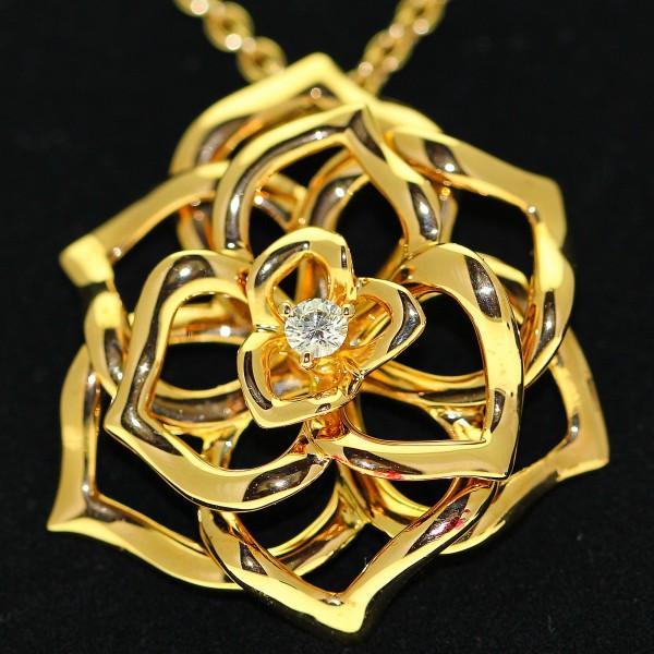 Chaine pendentif signée Piaget en or blanc 18 carats ornée d'un diamant En vente chez Le Beryl d'Or