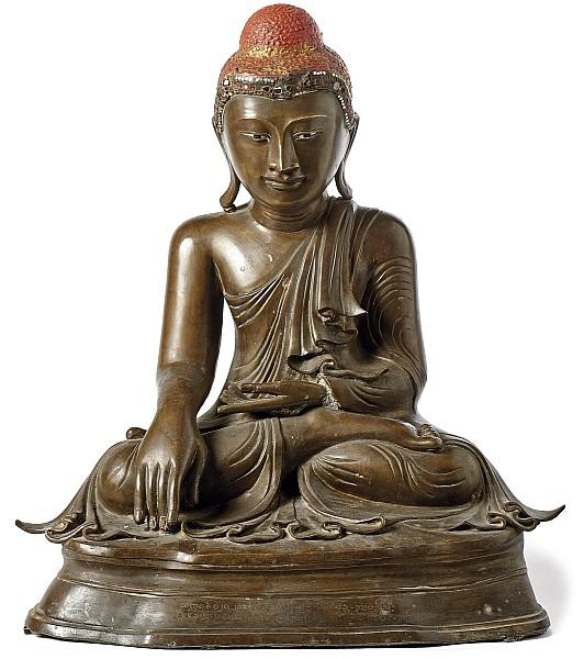 Großer sitzender Buddha, Bronze, teilw. mit roter Lackierung, farbige Spiegelplättchen, H: 51 cm, Birma (Myanmar), Mandalay-Epoche, um 1850 Schätzpreis: 6.500 EUR