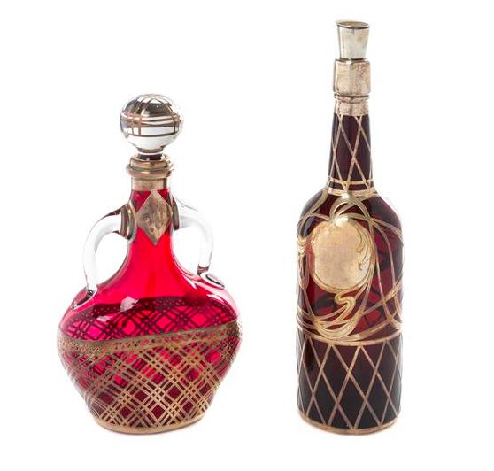 Två flaskor i glas med silver. Utrop: 4 900 SEK. Leslie Hindman