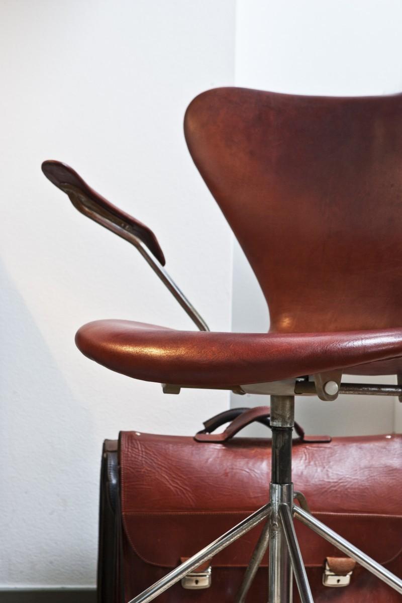 Der Schreibtischstuhl von Arne Jacobsen mit passender Aktentasche