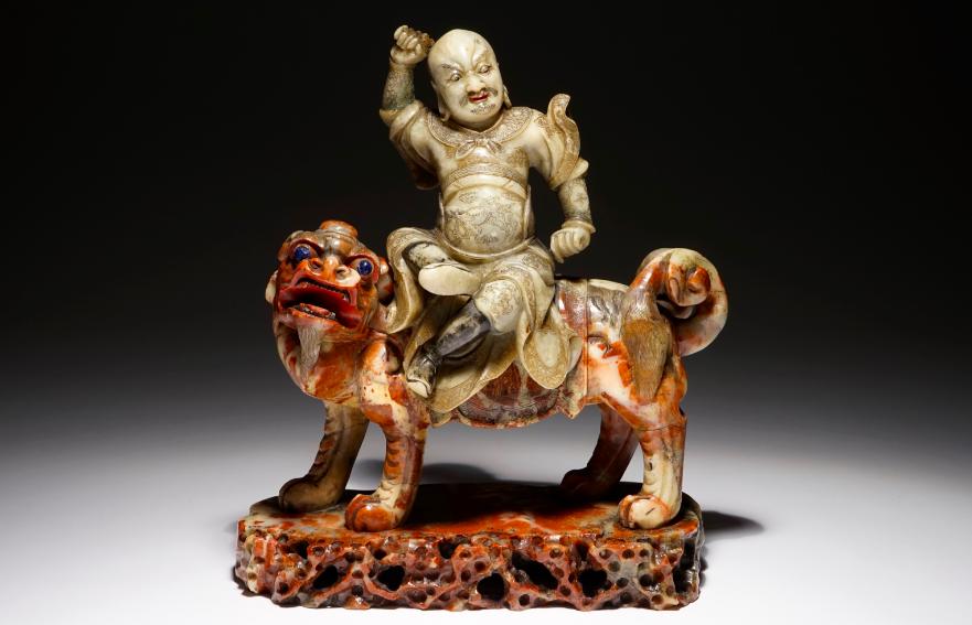 Une figure de l'immortel Vaishravana sur un lion bouddhiste en pierre de savon, Kangxi/Qianlong Rob Michiels Auctions