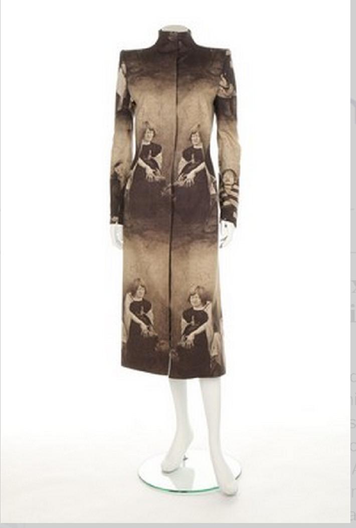 """Alexander McQueen, """"Clind Colony Coat"""" från höst/vinterkollektionen 1996-97. Utropspris 191000 SEK"""