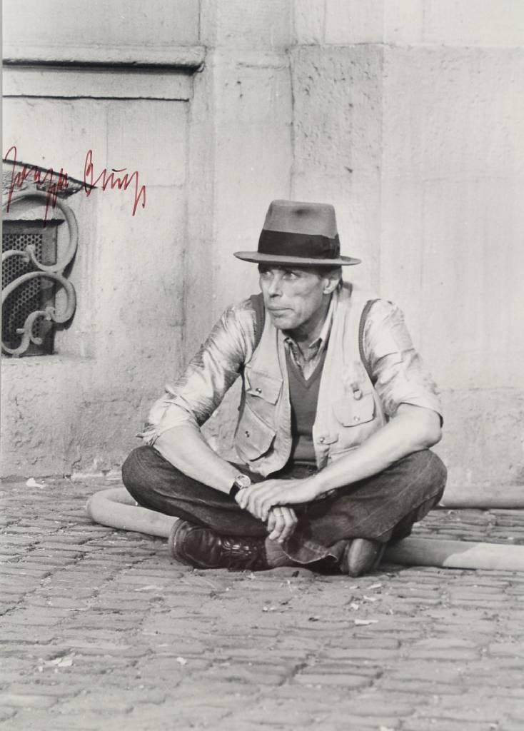 Krüger (geb. 1917), Fotografie von Joseph Beuys, Silbergelatineabzug, handsigniert von Beuys, rückseitig nummeriert 30/36 Mindestgebot: 1.200 EUR Henry's