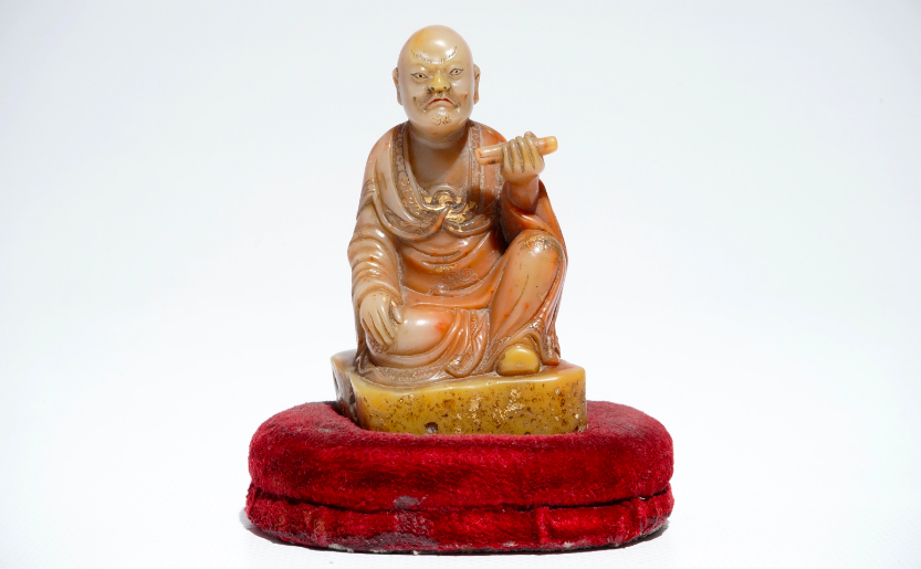 Los 765: Figur des Luohan aus Speckstein, signiert Yu Xuan, China 17./18. Jh.