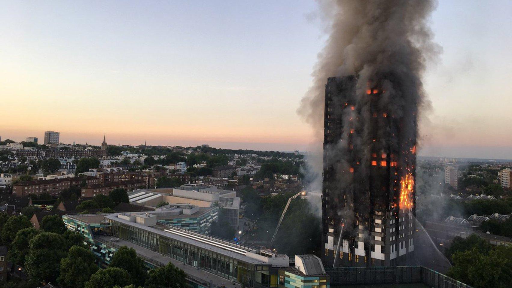 L'incendie de la tour Grenfell (Londres) a fait au moins 80 morts le 14 juin dernier Image via DeZeen.com