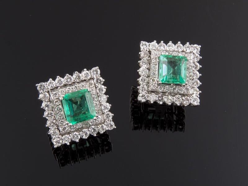 Pendientes realizados en oro blanco, compuestos por dos esmeraldas talla esmeralda y doble orla de diamantes talla brillante. Precio de salida: 4.500 EUR