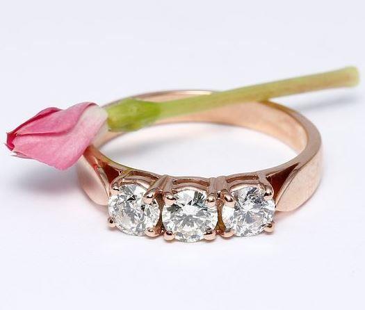 Anillo de compromiso en oro rosa con 3 diamantes