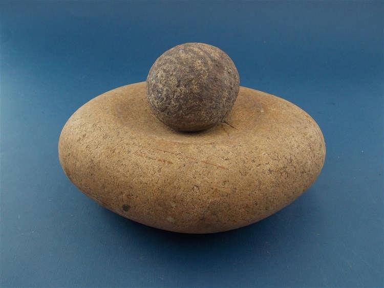 Ovoider Mörser aus Stein mit rundem Stößel
