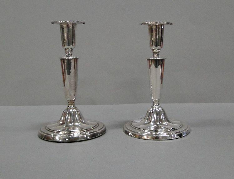 C.G. Hallberg, 2st ljusstakar, silver 1955 & 1959 Stockholm, H15 & 16cm, fyllda, en med gravyr. Utropspris 500 SEK.