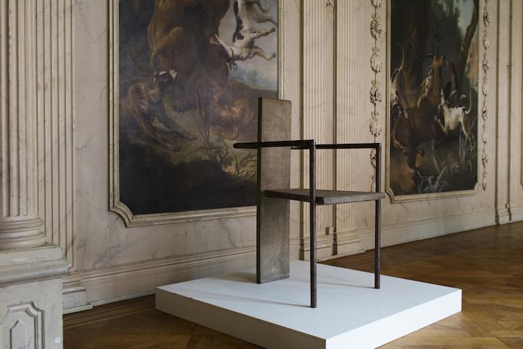 """Jonas Bolins """"Betong-stol"""" utställd på c/o Stockholm, Västra Trädgårdsgatan."""
