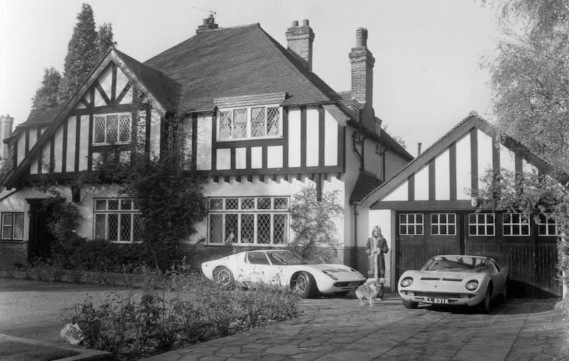 La petite amie de Rod Stewart pose avec la Lamborghini Miura devant leur maison à Southgate en 1970, image ©Avalon Photoshot Collection