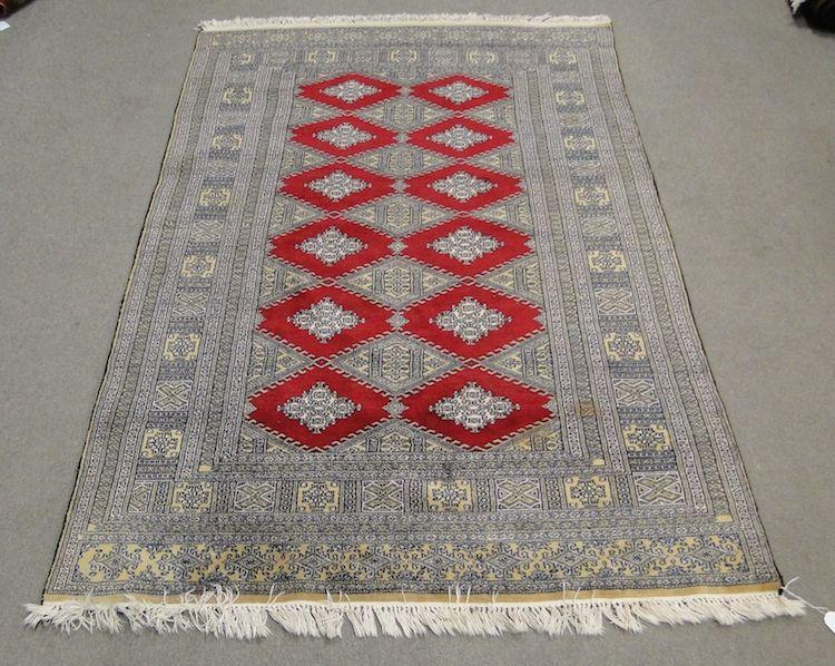 Handknuten matta, Buchara 192x128cm. Utropspris 350 SEK.