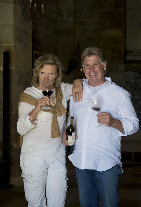 Christine et Allan von Eggers Rudd, chacun avec un verre de vin produit sur leur domaine