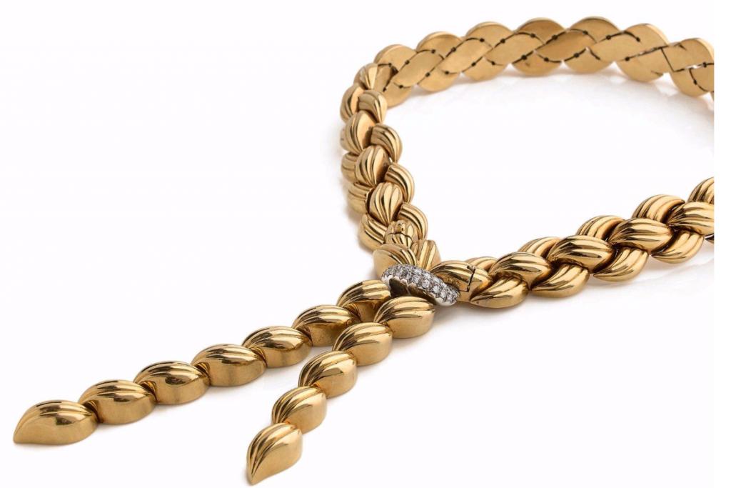 Van Cleef & Arpels, Important collier composé de deux brins godronnés en or jaune 18k (750) tressés rehaussés d'un élément central amovible orné d'un motif en platine (950) serti de diamants