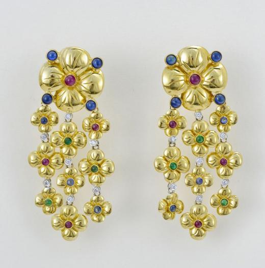 Pendants d'oreilles à motifs de fleurs serties de diamants, rubis, émeraudes et saphirs  Genève Enchères