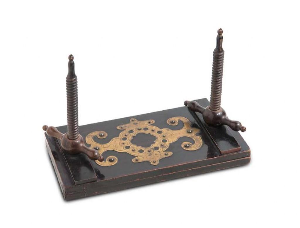 Spindel-Spielkartenpresse des Biedermeier, lackiertes Holz und Messing, 16 x 23 x 11 cm, 19. Jh. Startpreis: 180 EUR