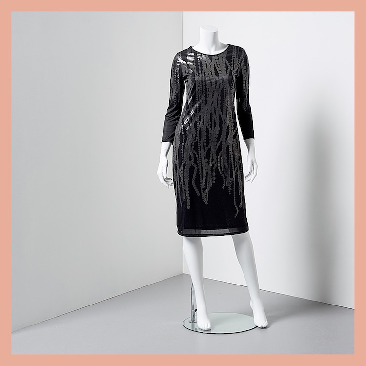 Klänningen från Martin Margiela i svart polyester med silvergrått printat mönster ropas ut för 1 500 kronor på Bukowskis Market