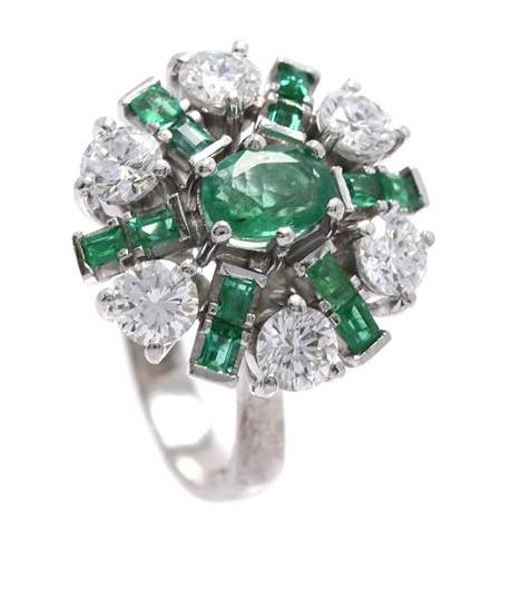 Ring i 18K vitguld, med smaragd och diamanter. Utropspris: 29 000 kronor.
