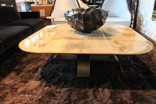 Mesa baja de madera acabada en marrón natural