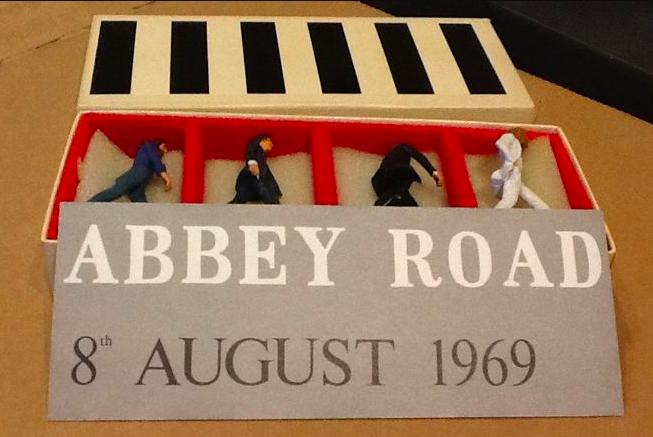 Boîte originale avec quatre figurines des Beatles