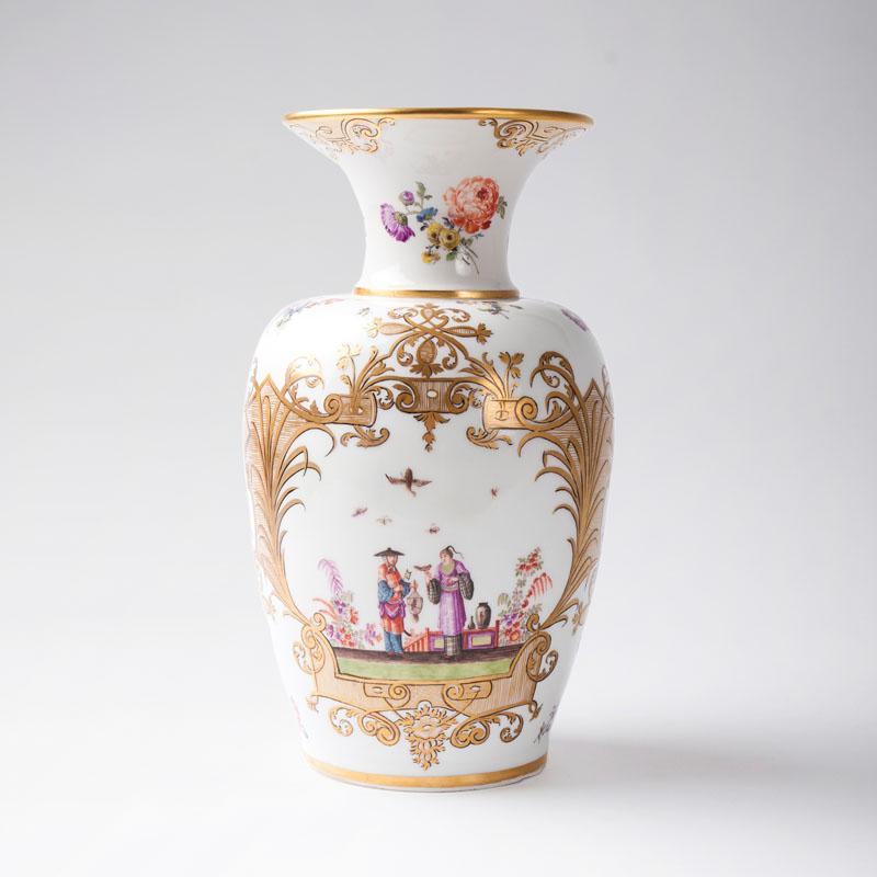 MEISSEN - Augustus Rex-Vase mit Höroldt-Chinoiserien, H: 29,5 cm, um 1740 Katalogpreis: 25.000 EUR
