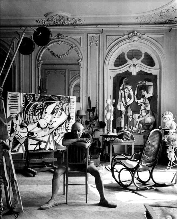 Pablo Picasso i sin studio.