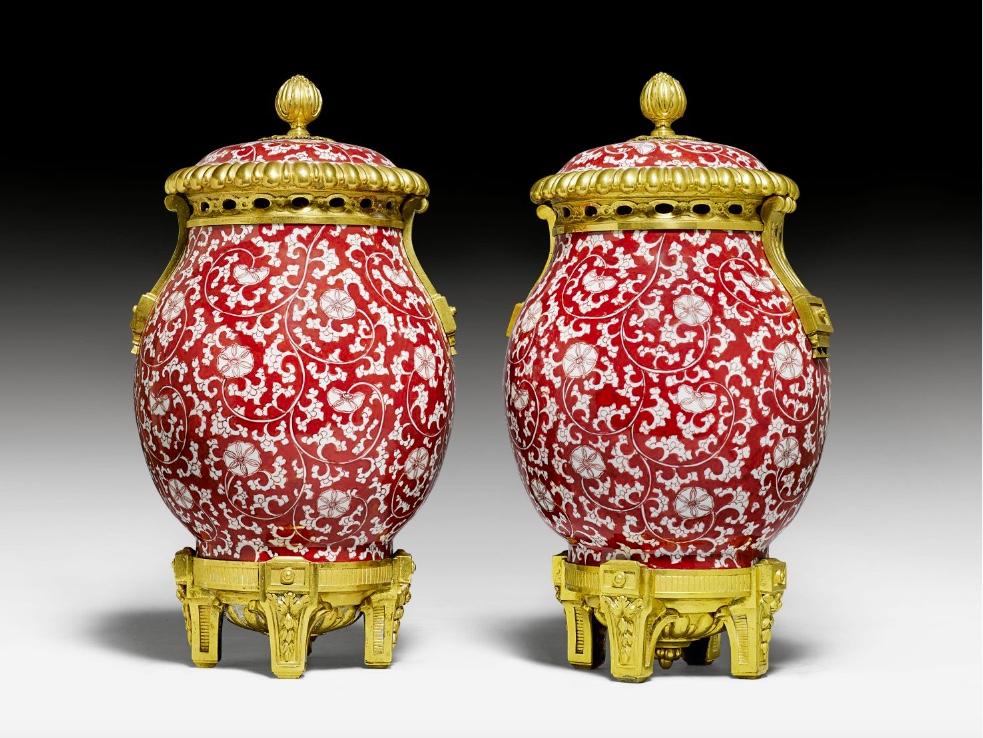 Paar Louis XVI-Deckelvasen, Porzellan China/Kangxi um 1700, vergoldete Bronzemontierung Paris um 1765/75