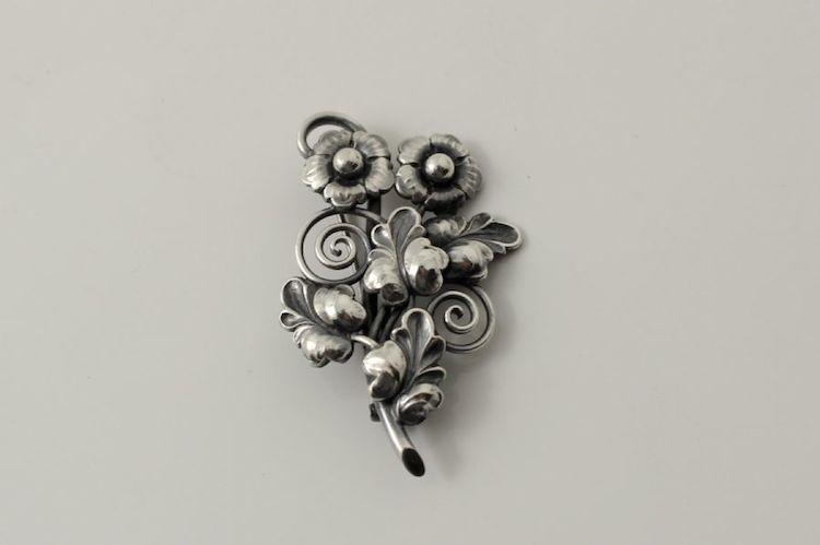 Nr 933 3244. Brosch. Silver, 50-tal, längd: 5, 5. Utropspris: 300 SEK