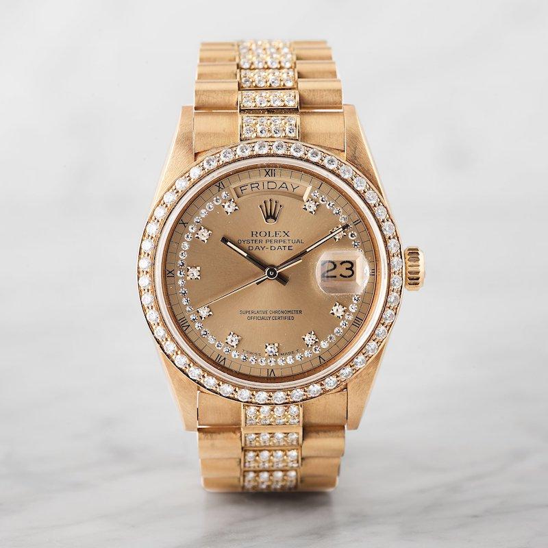 """Allt som glimmar tycks vara guld i klockvärlden numera. Rolexklockan med bling-bling, en Rolex Oyster Perpetual Day-date Chronometer """"Myriad dial"""" i 18K guld med automatisk, safirglas och diamanturtavla och briljantkrans kostade köparen närmare 200 000 kronor"""
