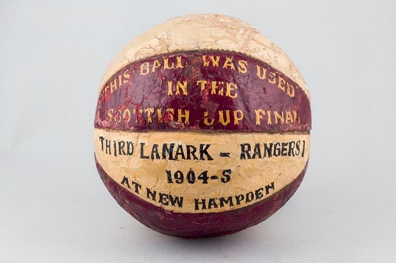 """Objekt 490: Målad boll i läder, Skottland, """"This Ball was used in the Scottish Cup Final, Third Lanark - Rangers I 1904-5 At New Hampden"""". Startpris: 37 000 kronor."""