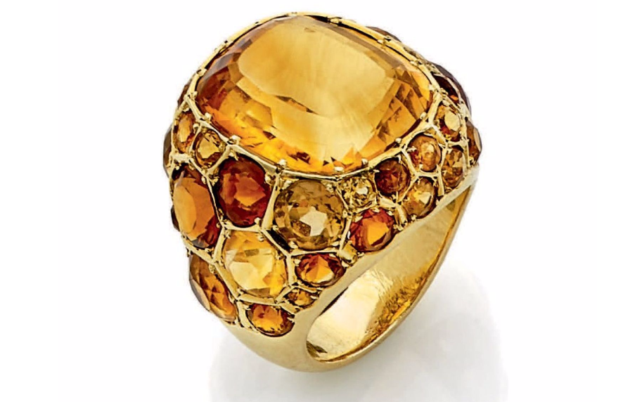 """Suzane Belperron Bague """"Dôme"""" en or jaune 18k sertie d'une importante citrine taille coussin, le corps pavé de citrines dorées, miel ou cognac, serti à décor de nid d'abeilles. Vers 1953 Aguttes"""