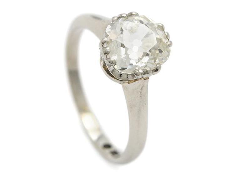 ENSTENSRING, 18k vitguld, gammalslipad diamant ca 1.75 ct, ca TCa(L)/VS, stl 16 mm, vikt 3,4 g, natural vid borde, nagg på rondisten, diamanten skadad vid ena klon. Utropspris 19 500 SEK.