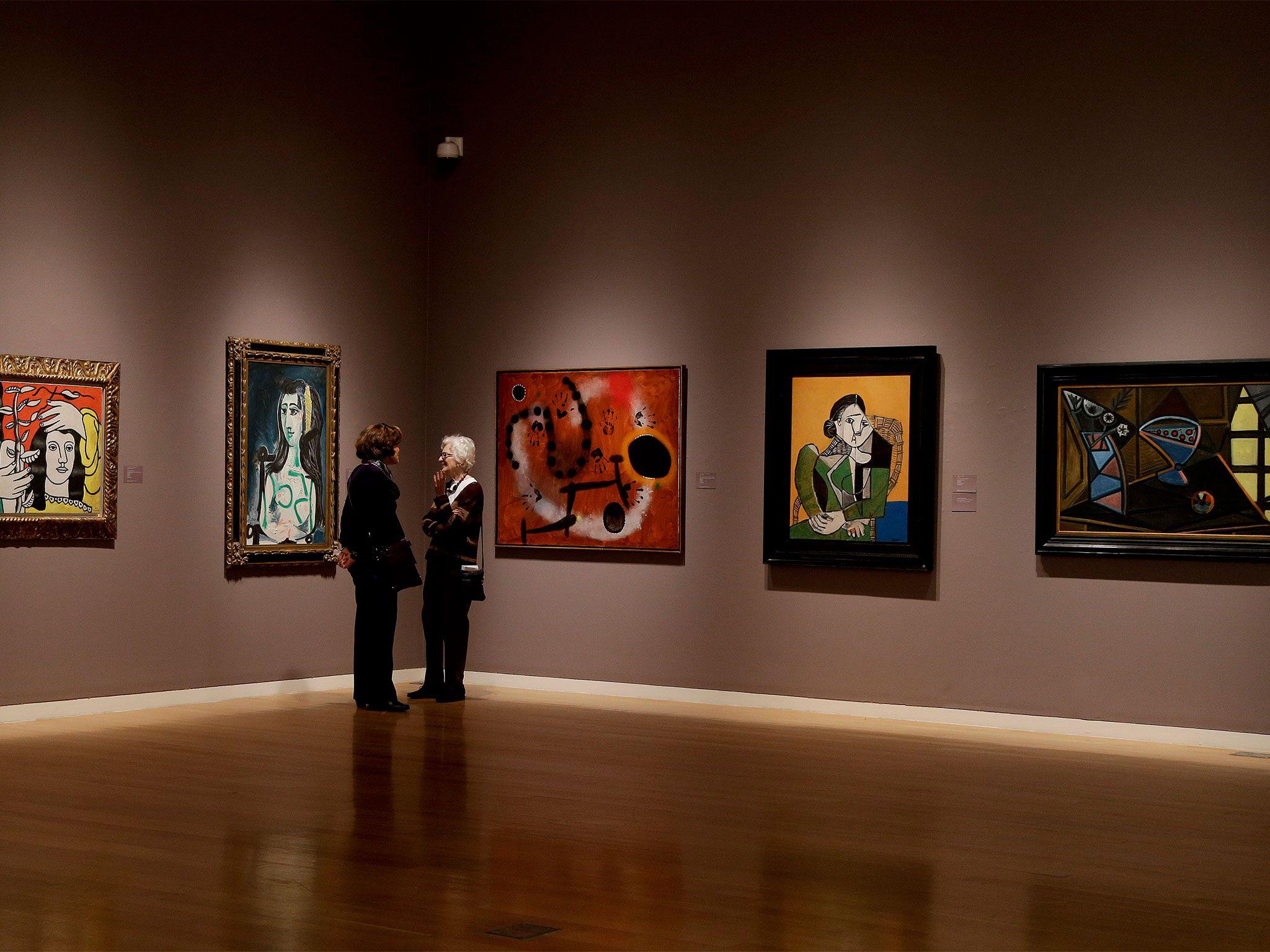 Être capable de solliciter des collectionneurs partout dans le monde est un atout majeur des maisons de ventes comme Christie's, Sotheby's, Phillips et des galeries mondes comme Gagosian ou