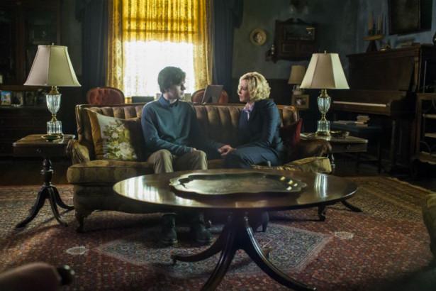 Norman (Freddie Highmore) und Norma (Vera Farmiger) in ihrem Wohnzimmer