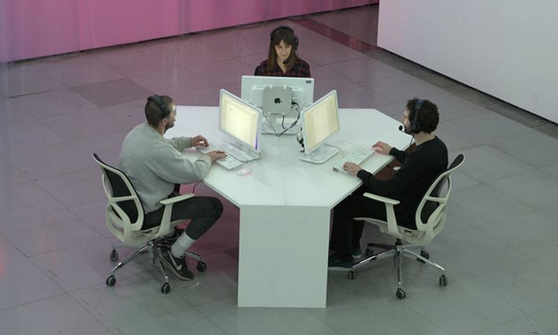 Shia LaBeouf, Nastja Säde Rönkkö och Luke Turner tar emot telefonsamtal Foto: touchmysoul.net