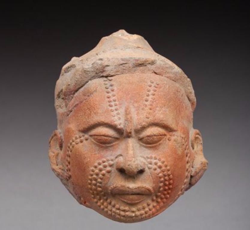 Tête de dignitaire portant l'ornement caractéristique sur le haut de l'arête nasale.  Maya, époque classique, 600-900 après JC. Origine Auction