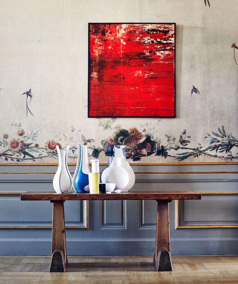 """Samlingen med Wilhelm Kåges keramik kröntes av en stor målad fajans som klubbades för rekordpriset 300 000 kronor. Vasen är från cirka 1940 och ingår i serien """"Surrea"""""""