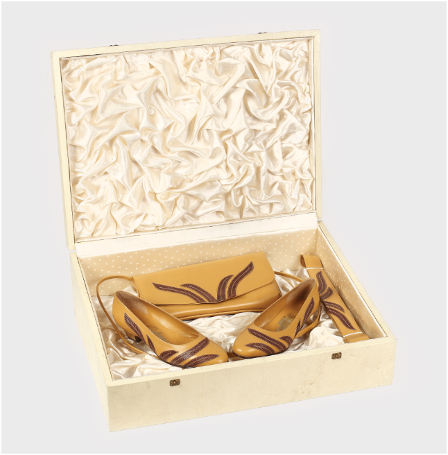 Elena Ceausescu kubanska ensemble av beige-brunt läder - ett par skor, väskor och bälten i originalkartong, 19 x 54 x 40 cm, Guban fabrik i Timişoara. Utropspris: 4,600 SEK. Artmark.