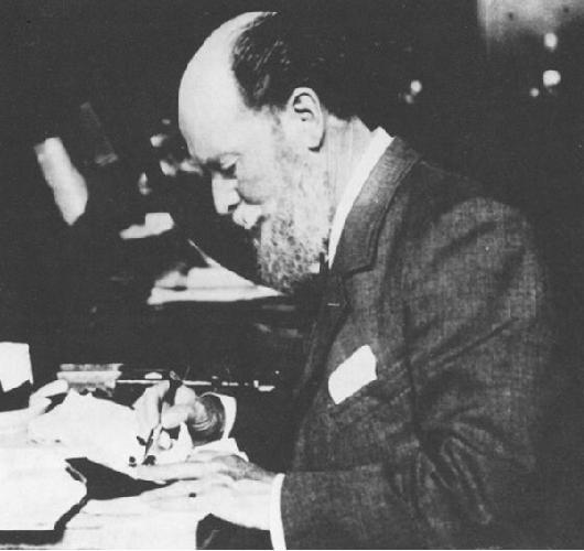Peter Carl Fabergé bei der Arbeit | Foto via Wikipedia