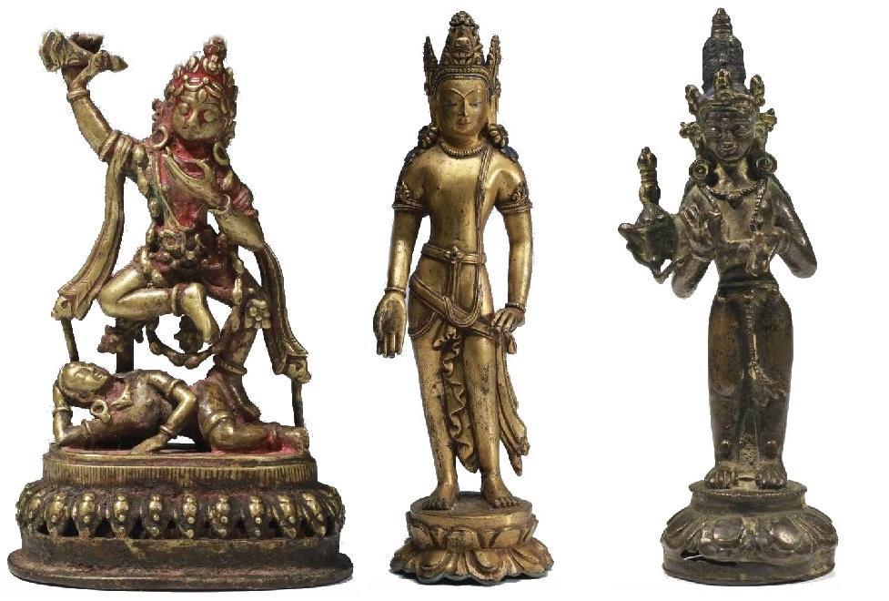 Links: Vajravarahi, Bronze, Nepal 18. Jh. Mitte: Lokeshvara, feuervergoldete Bronze, Tibet, Stil des 13. Jhs. Rechts: Stehende Padmapani, Bronze, West-Tibet 12./13. Jh.