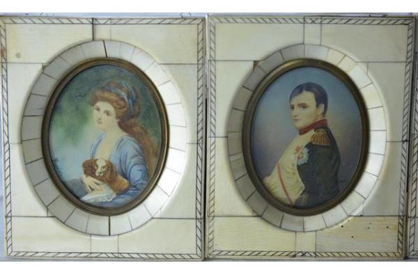 Ensemble de quatre miniatures à encadrement en ivoire.  Napoléon de profil signé Legia Auction