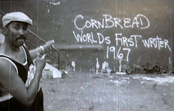 Darryl Cornbread McCray davanti a un graffito del 1967, immagine via Pinterest