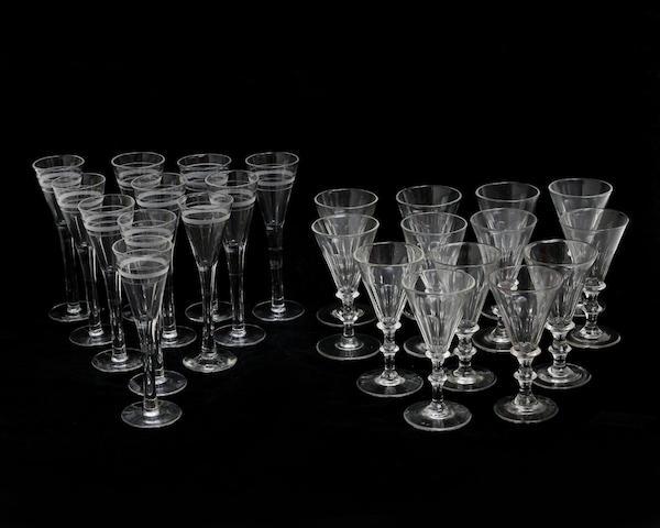 Snapsglas, 11 stycken, cirka 1900. Starkvinsglas, 13 stycken, 1800-talets andra hälft. Auktionsbyrån Effecta. Utropspris: 500 kronor.