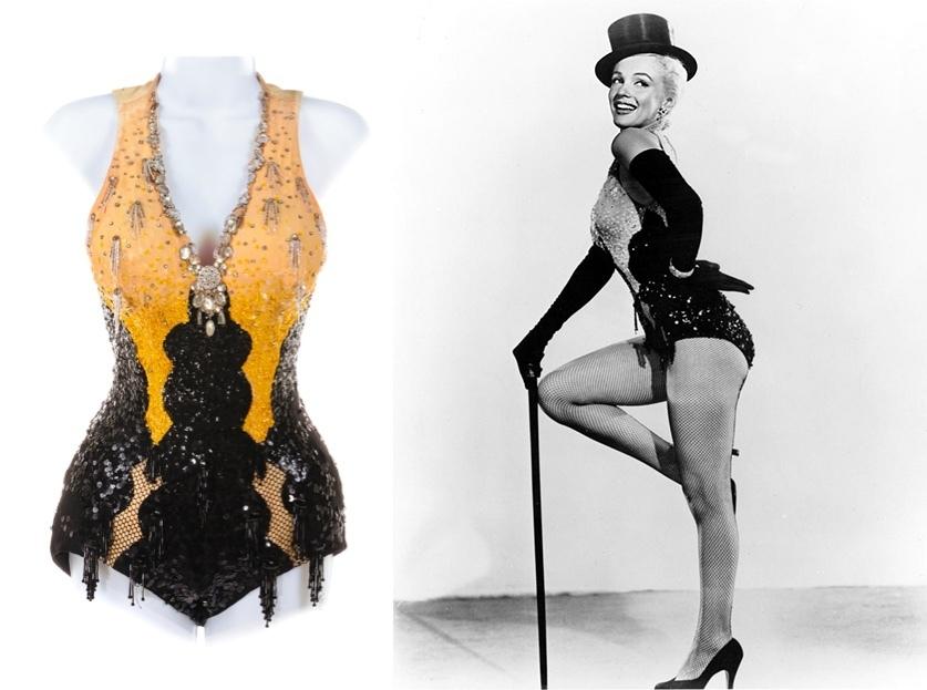 Gauche : un costume de show-girl à paillettes de «Les hommes préfèrent les blondes», (1953), image ©Profiles in History / Droite : le costume n'était pas porté dans le film, mais Marilyn et sa co-vedette Jane Russell l'ont porté sur des photos publicitaires et sur une affiche pour le film, image via Pinterest