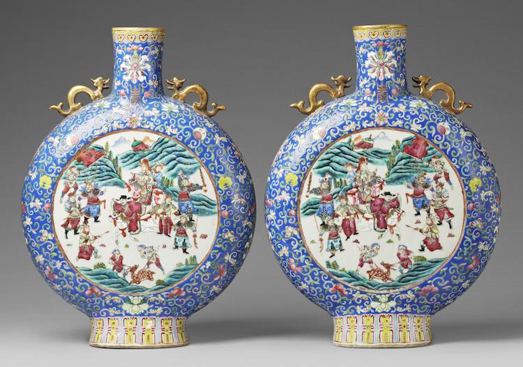 Ett par månflaskor i famille rose ropas ut på Uppsala Auktionskammare för 100-150 000 kronor