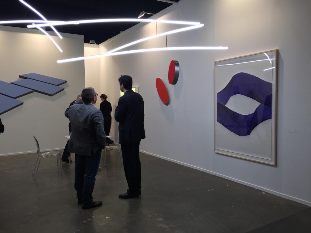 Abstrakt konst av Wolfram Ullrich, Tomas Muller och hängande skulptur av Henk Stallinga.