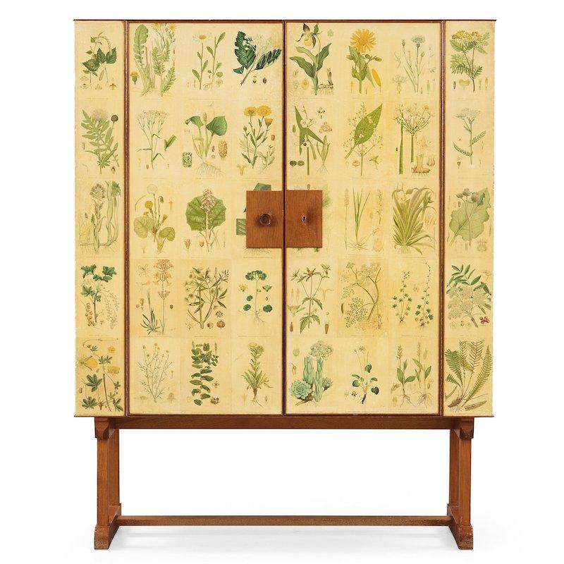 """Josef Frank, skåp """"Flora"""", Firma Svenskt Tenn, modell 852. Sannolikt 1950-60-tal. Mahogny, tapetserat med planscher ur Palmstruchs flora. Höjd 142 cm, bredd 112,5 cm, djup 42,5 cm. Nyckel finns. På auktion hos Bukowskis"""